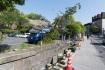 熊本城周りの大神宮通り。神社の柵に建…