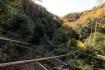 左岸の斜面上を通る荒れた道で下流側へ…