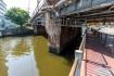 JR東海道本線の橋脚は古そうな赤レン…